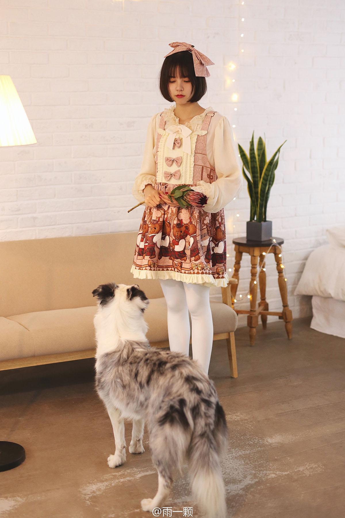 微博美女雨一颗洋装逗狗可爱多