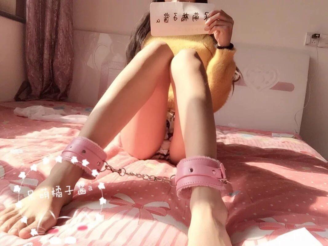 呆萌橘子酱粉色裸腿过膝脚链